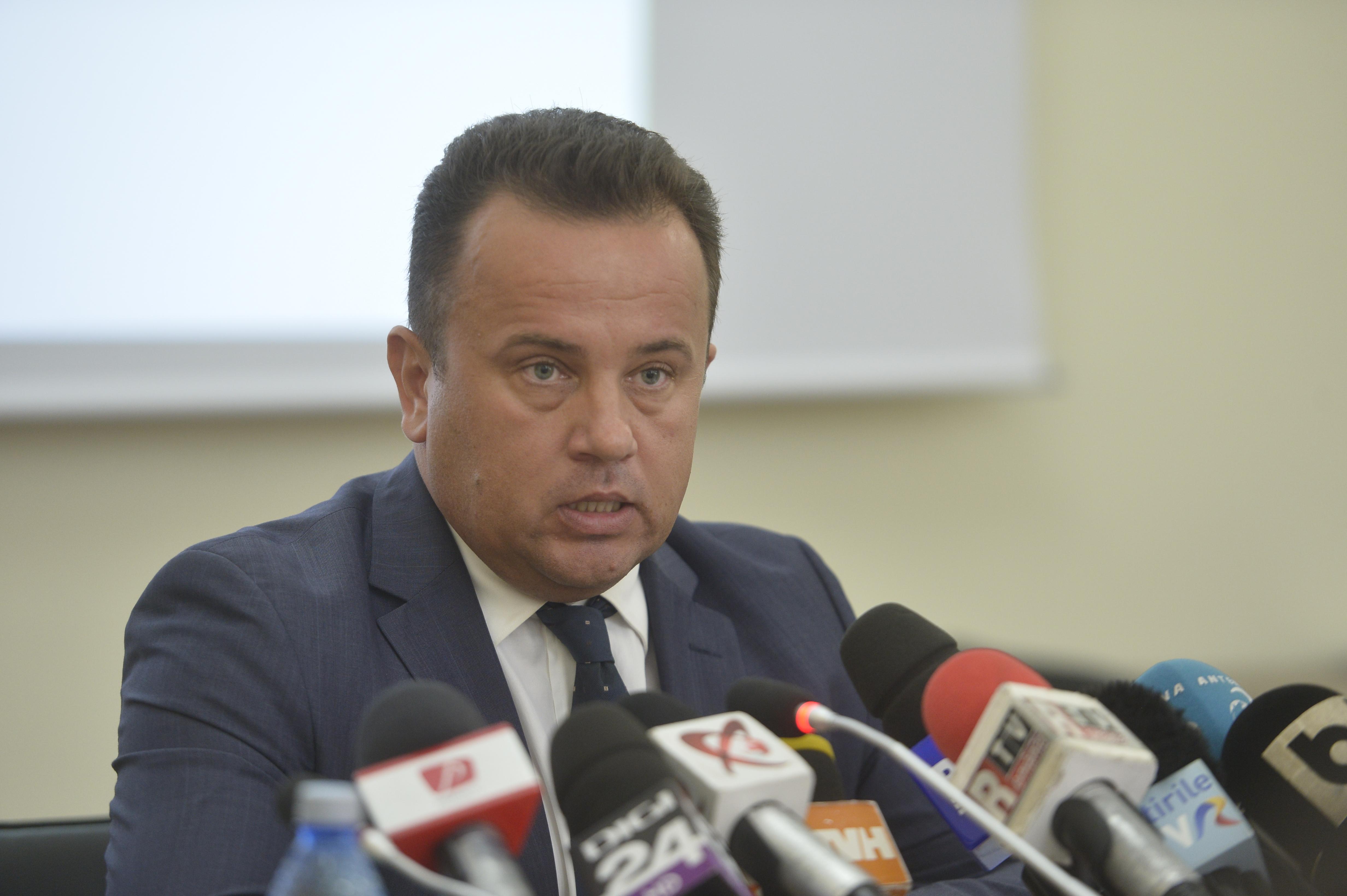 Liviu Pop va demisiona cu o singură condiţie, dacă nu vor fi manuale la începutul anului şcolar/ Manualele de matematică şi română, în şcoli la sfârşitul lui octombrie. Cele de sport vor fi gata la timp