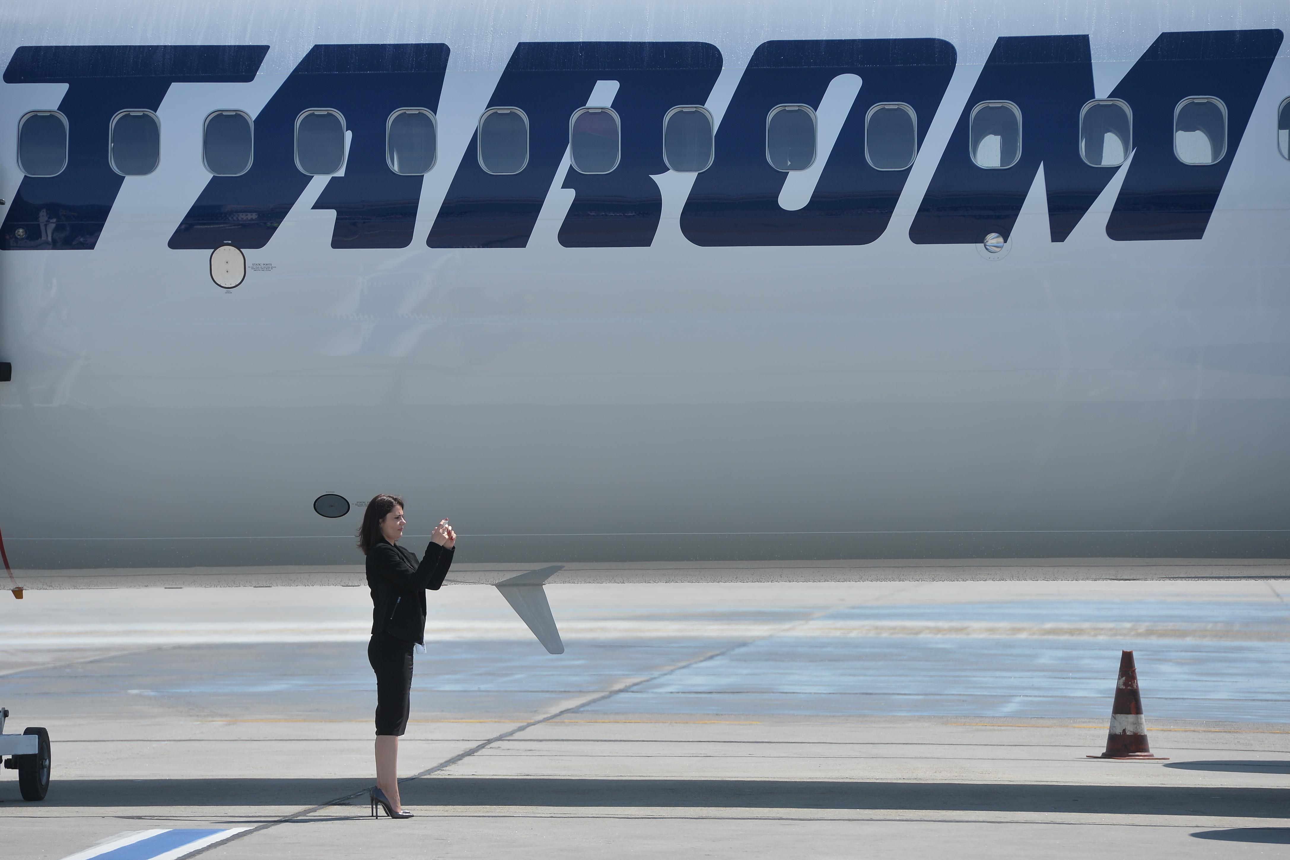 Tarom a lansat procedura de achiziţie pentru trei aeronave de tip widebody. Două avioane Boeing 737-800, denumite `Marea Unire` şi `Sarmizegetusa` au intrat, în luna mai, în flota companiei