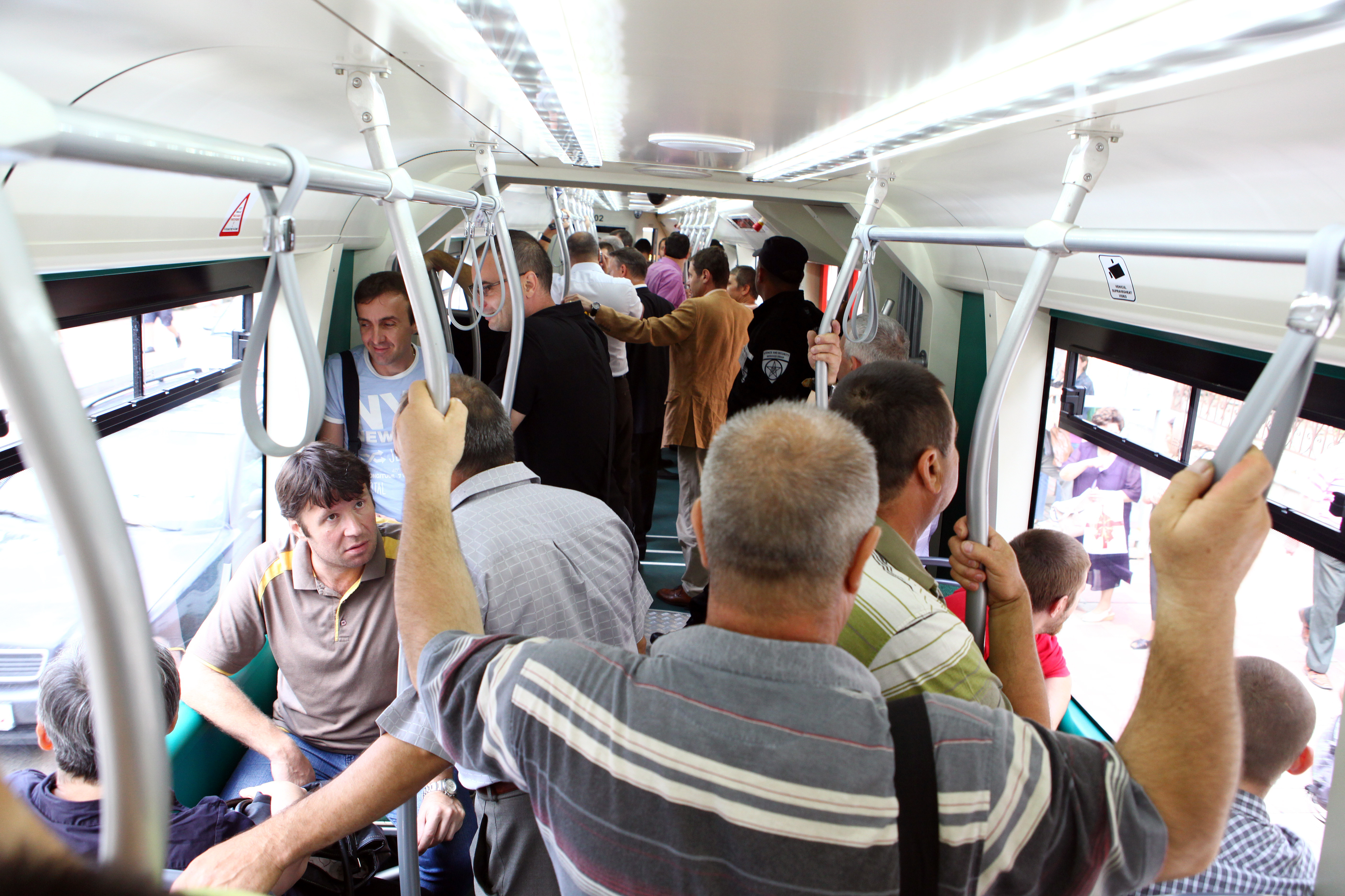 VIDEO | Călătoria cu autobuzele RATB din Capitală este sport extrem. Temperatura, mai mare cu 7 grade Celsius faţă de cea exterioară. Primarul Firea promite că e ultima vară când se va mai circula aşa