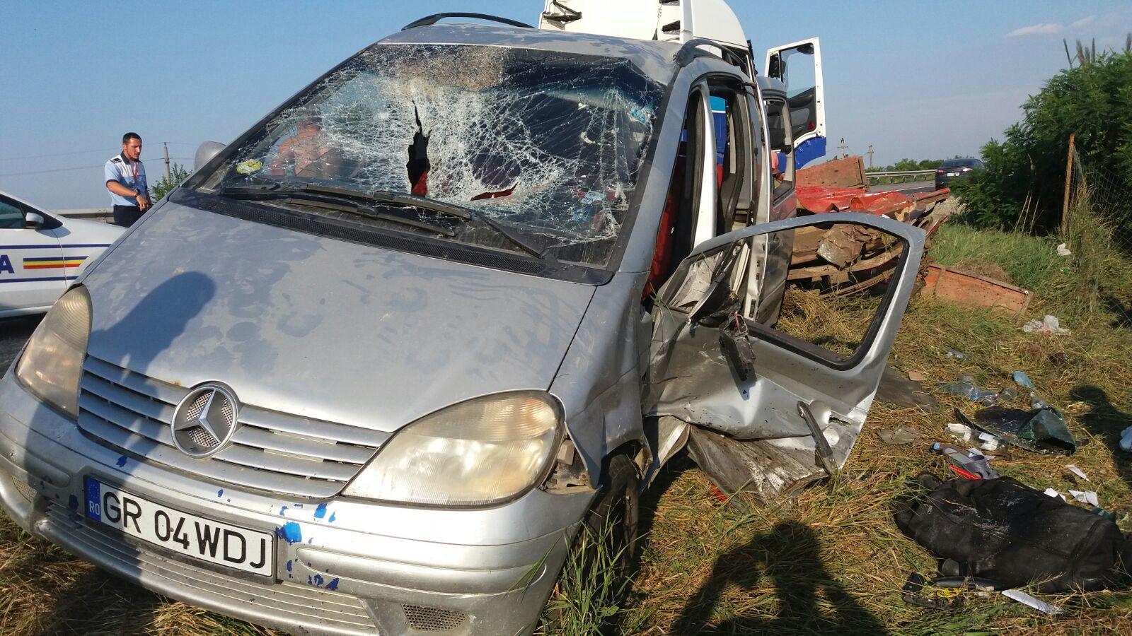FOTO | Două persoane au fost rănite, după ce un autoturism a acroşat remorca tractată de maşina lor