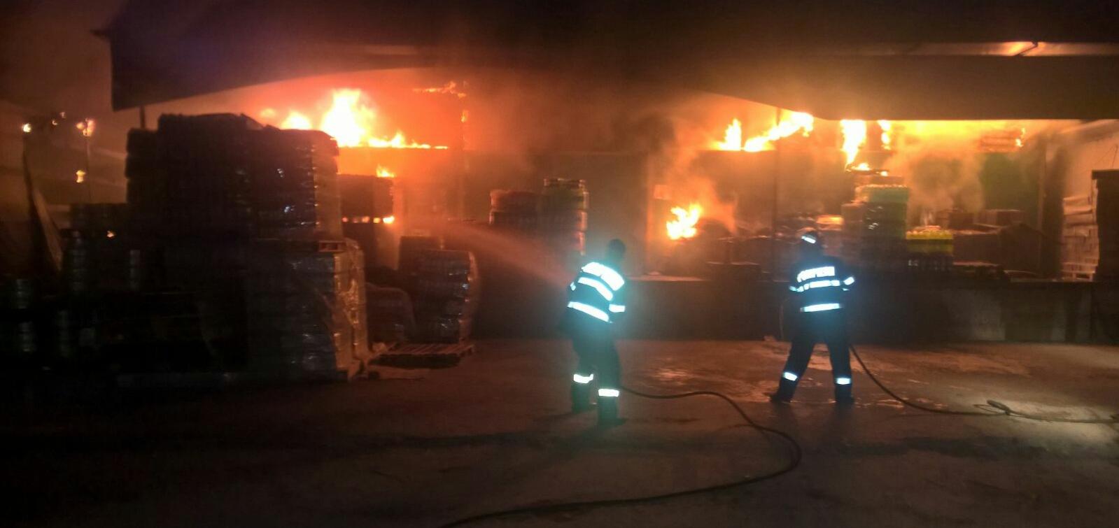 FOTO | Un depozit de băuturi alcoolice şi răcoritoare din Slatina a fost cuprins de un incendiu de proporţii/ UPDATE: Focul, stins după mai bine de două ore