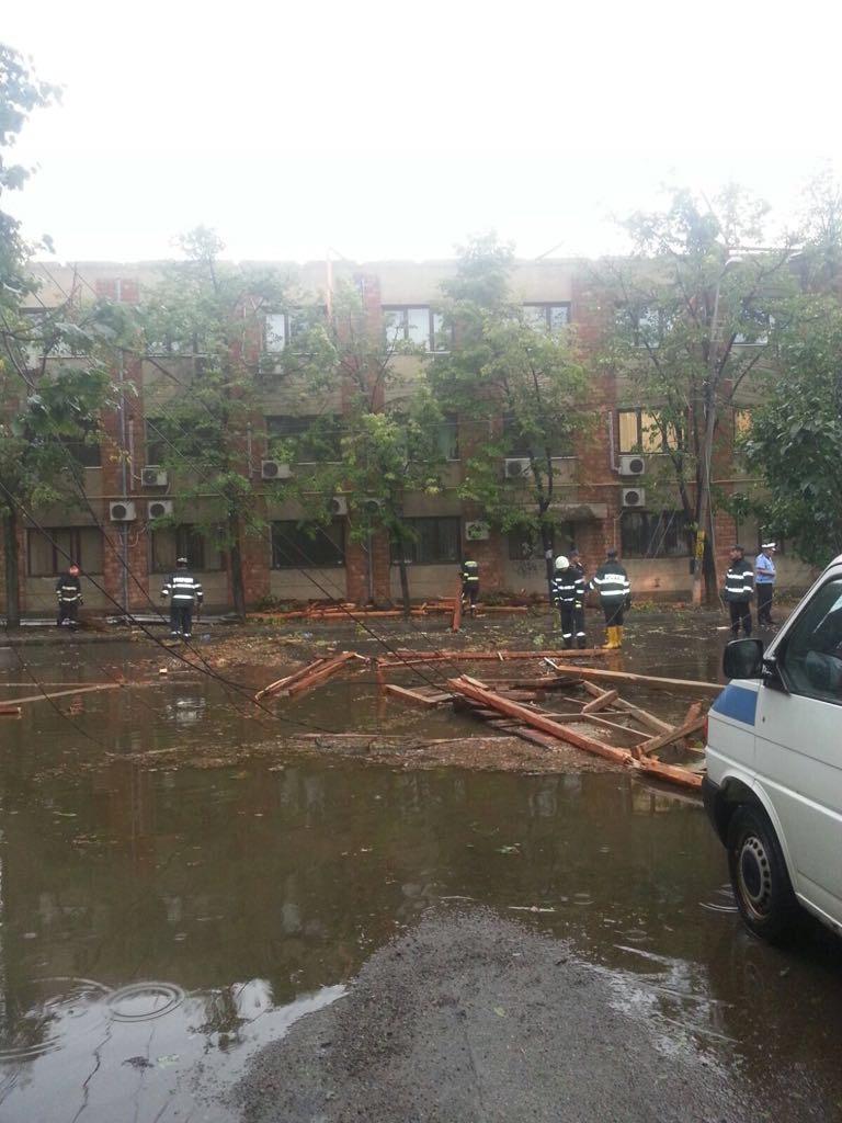 FOTO, VIDEO | Urmările devastatoare ale VIJELIILOR. Pompierii au intervenit în 11 judeţe afectate de furtuni/ Circulaţia pe Transalpina, dificilă din cauza pietrelor căzute de pe versanţi
