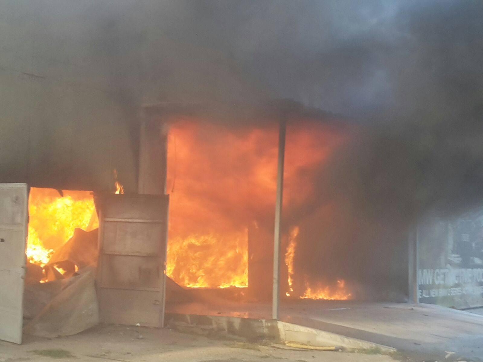 FOTO, VIDEO | Incendiu puternic în Galaţi la o hală de producţie a hârtiei şi maselor plastice/ Numărul pompierilor care sting incendiul a fost dublat, iar o stradă este închisă/ Focul s-a EXTINS la un restaurant cu saloane de nuntă