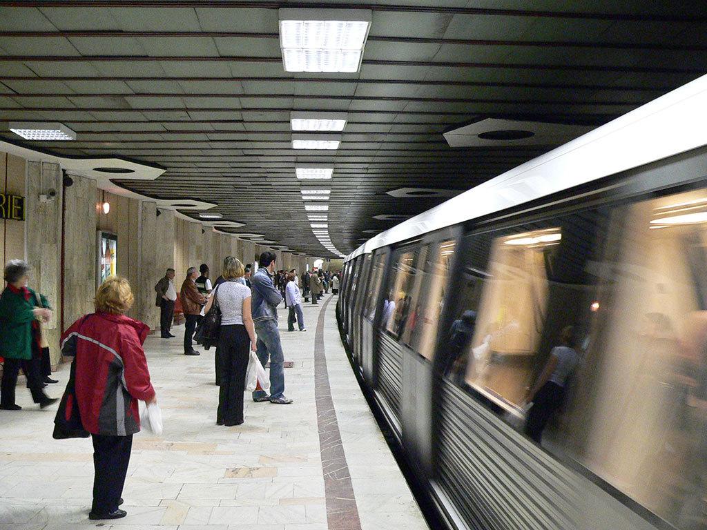 Panică la metrou: Un tren s-a defectat la staţia Piaţa Unirii, zeci de călători fiind debarcaţi