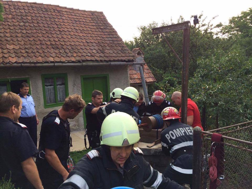 FOTO | O femeie a murit după ce a căzut într-o fântână adâncă de 22 m, din Zălan, Covasna