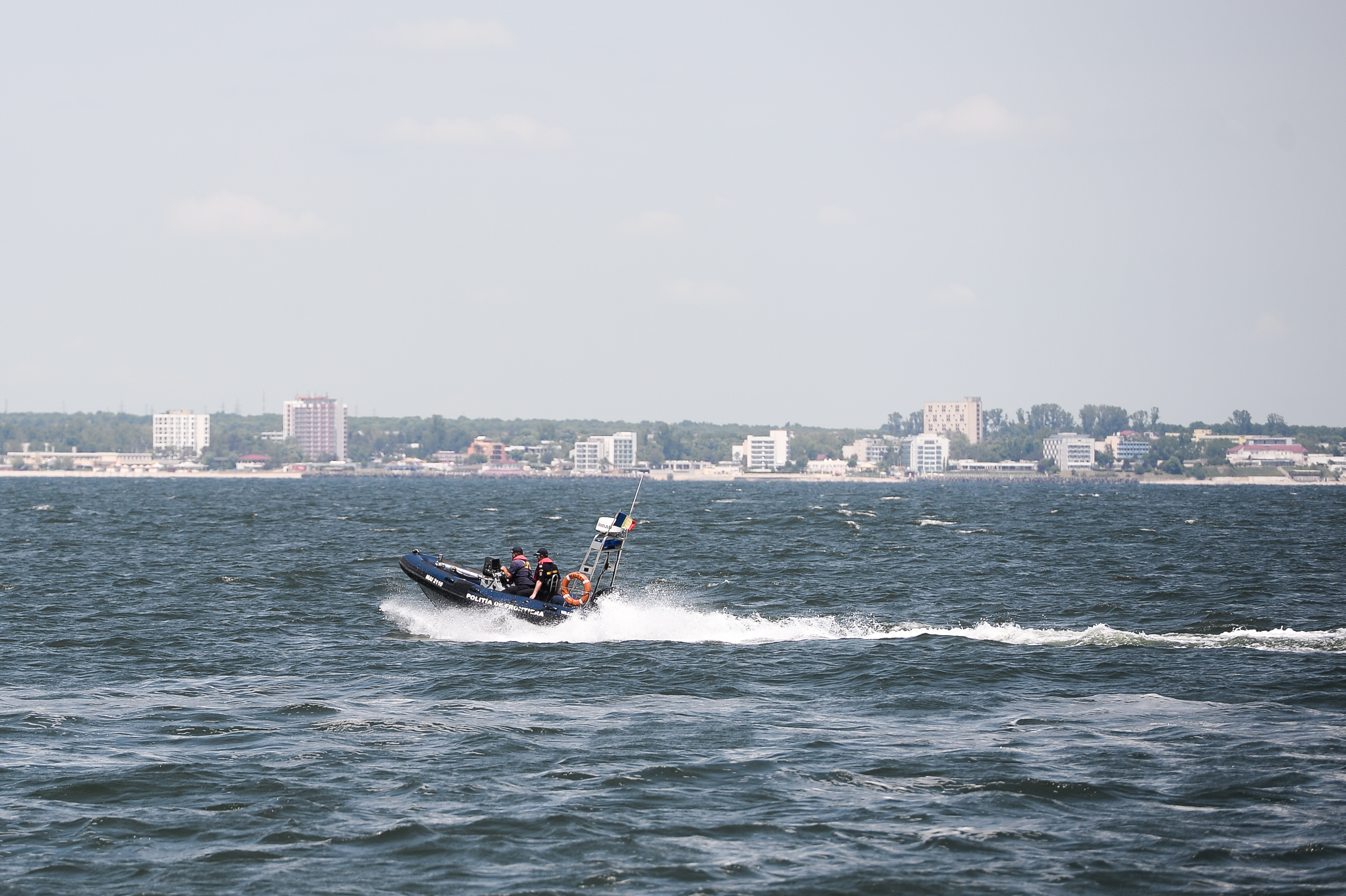 Steaguri roşii, arborate pe litoral. Un bărbat care a intrat în mare să salveze o femeie şi un copil, dispărut în apă, la Mangalia