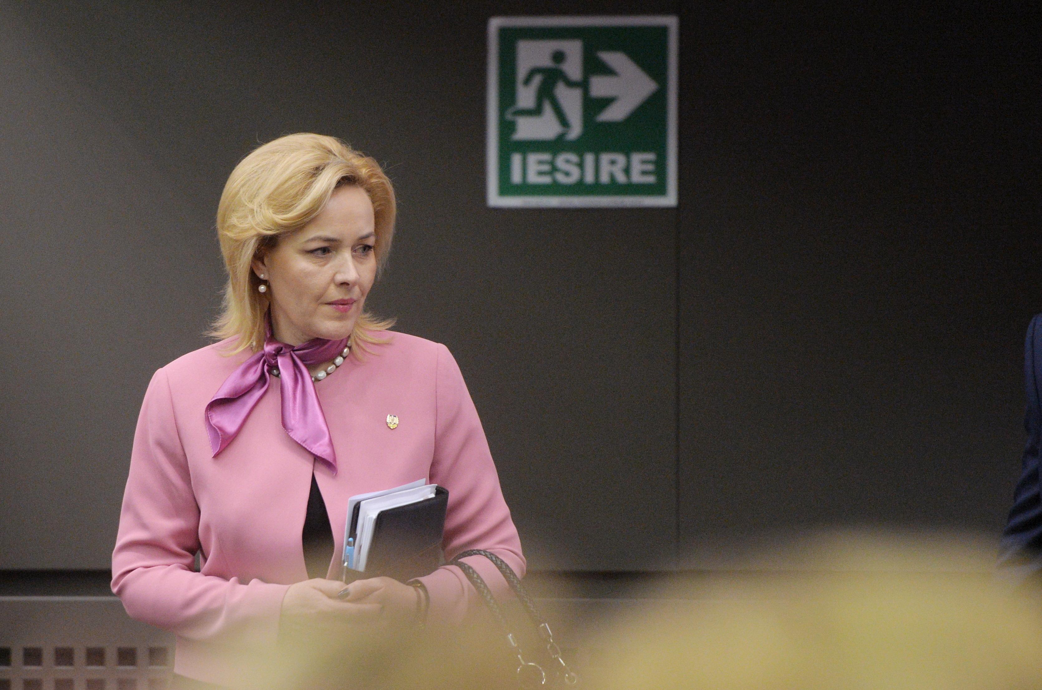 Cei cinci consilieri ai ministrului Carmen Dan, care beneficiază şi de pensie şi salariu, şi-au dat demisia