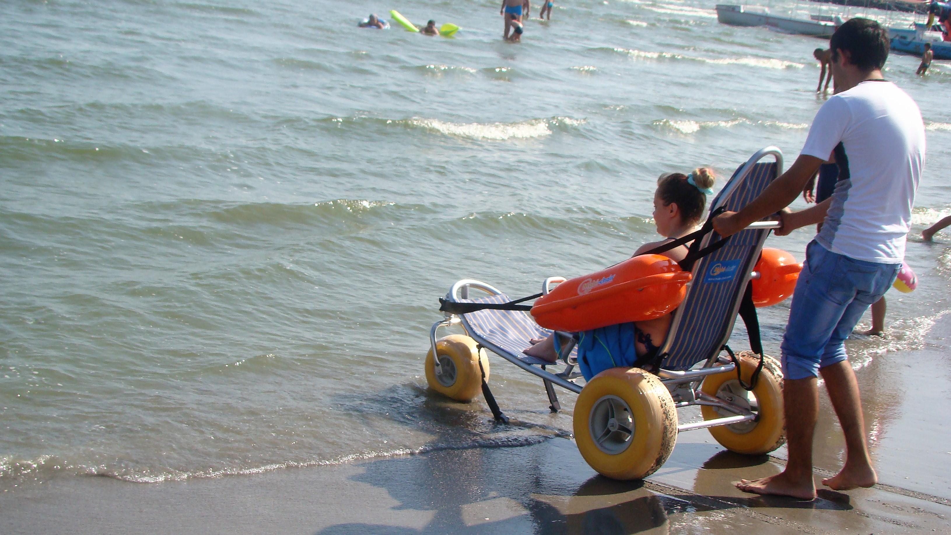 FOTO   Premieră pentru litoralul românesc: A fost inaugurată prima plajă dotată cu facilităţi pentru persoanele cu dizabilităţi