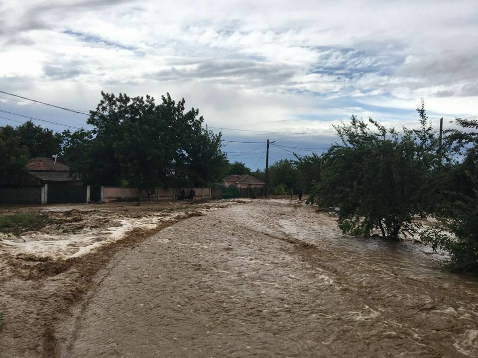 Pagube de 24 de milioane de lei, în Buzău, în urma inundaţiilor. Consiliul Judeţean cere ajutor financiar din partea Guvernului