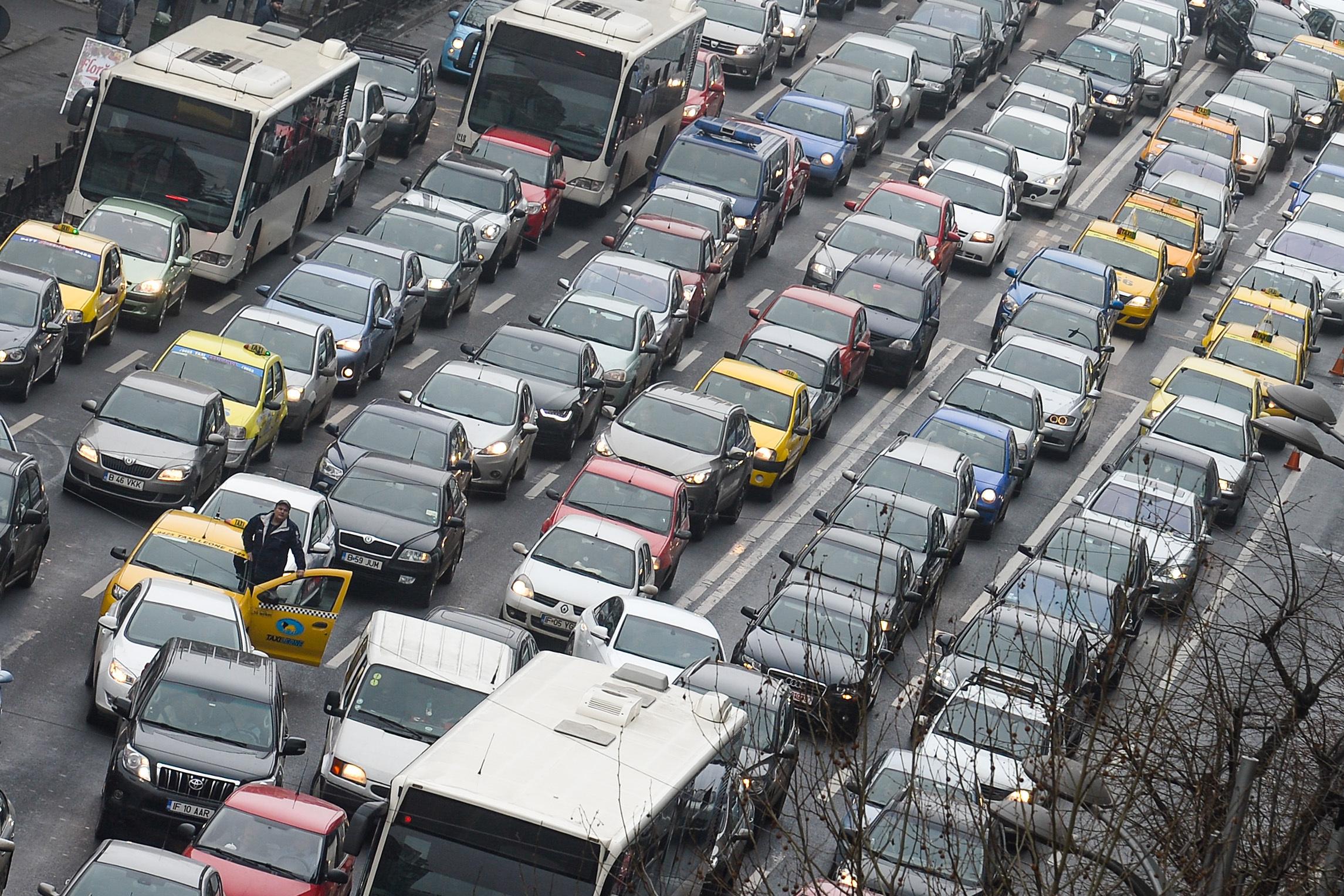 Românii pleacă în minivacanţă: Traficul rutier se intensifică pe A2 către litoral şi pe DN1 Bucureşti – Braşov/ Aglomeraţie şi pe Valea Prahovei