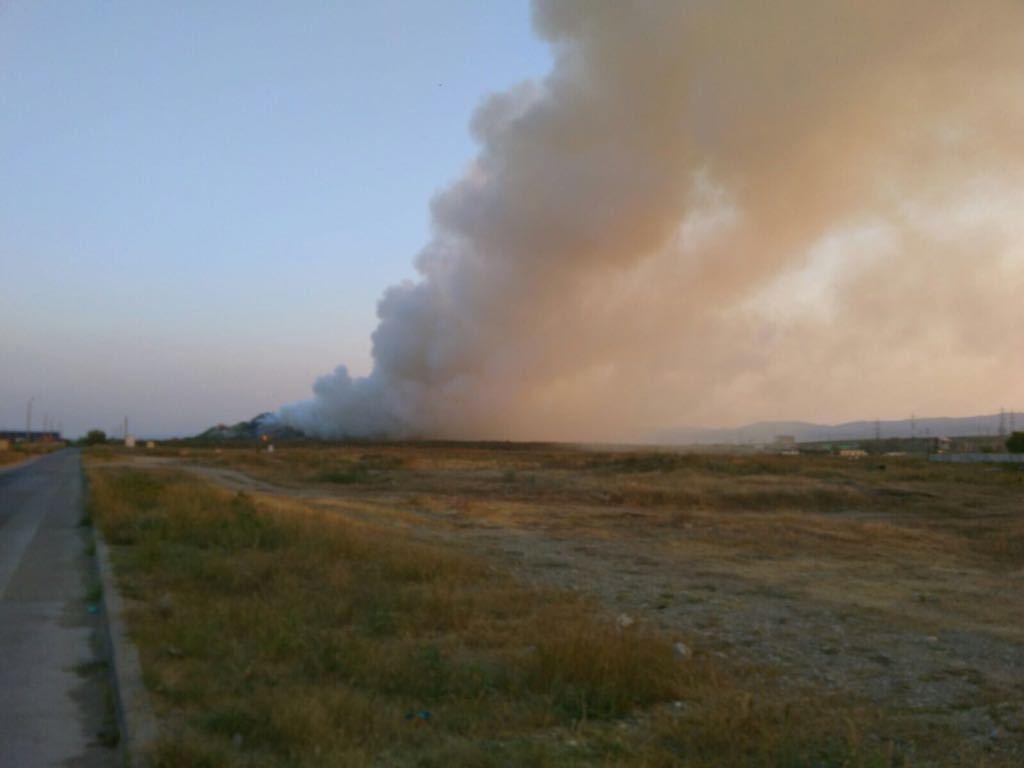 Incendiul la groapa de gunoi a municipiului Bacău, nestins după 17 ore