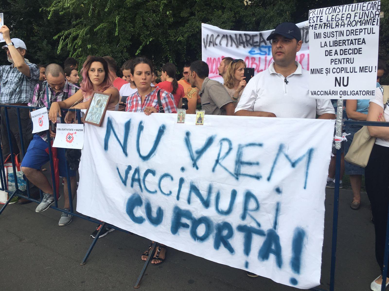 Protest în Piaţa Victoriei, faţă de Legea vaccinării | Părinţi: `Am venit pentru că vrem să fim liberi` , `Copiii mei nu sunt proprietatea statului!` | FOTO