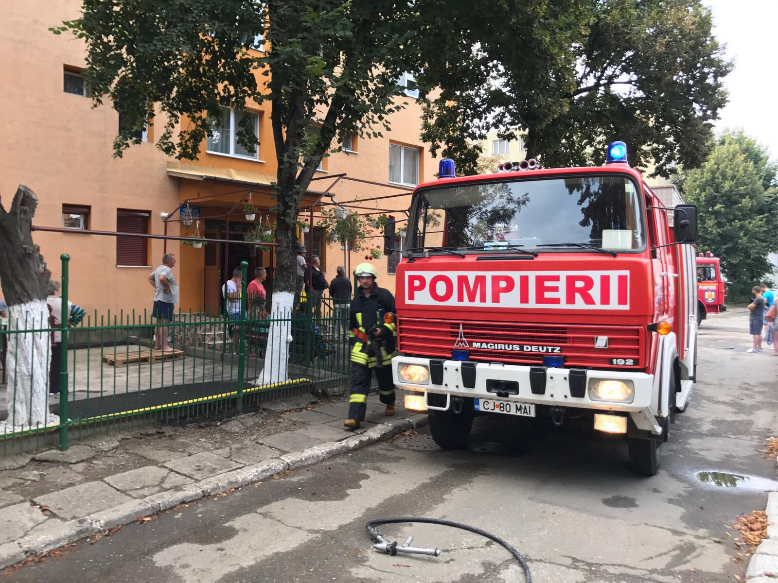 Şapte persoane evacuate dintr-un bloc, după ce un magazin a fost cuprins de flăcări, în Câmpia Turzii