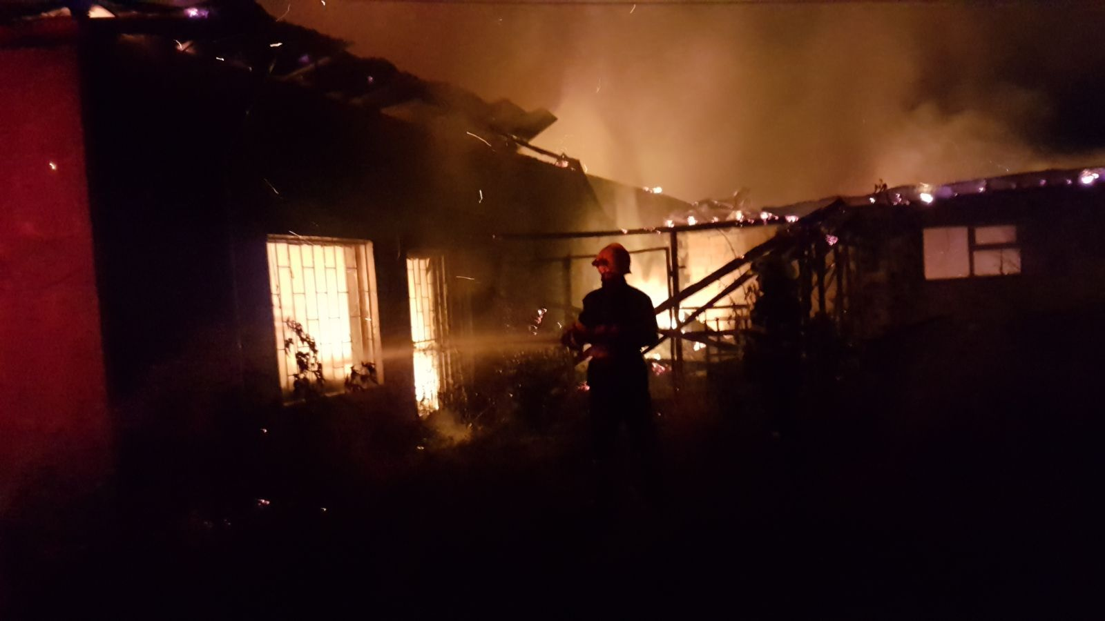 FOTO | Fostă fabrică de mobilă din Târgu Neamţ, în care funcţionau trei firme, distrusă de un incendiu