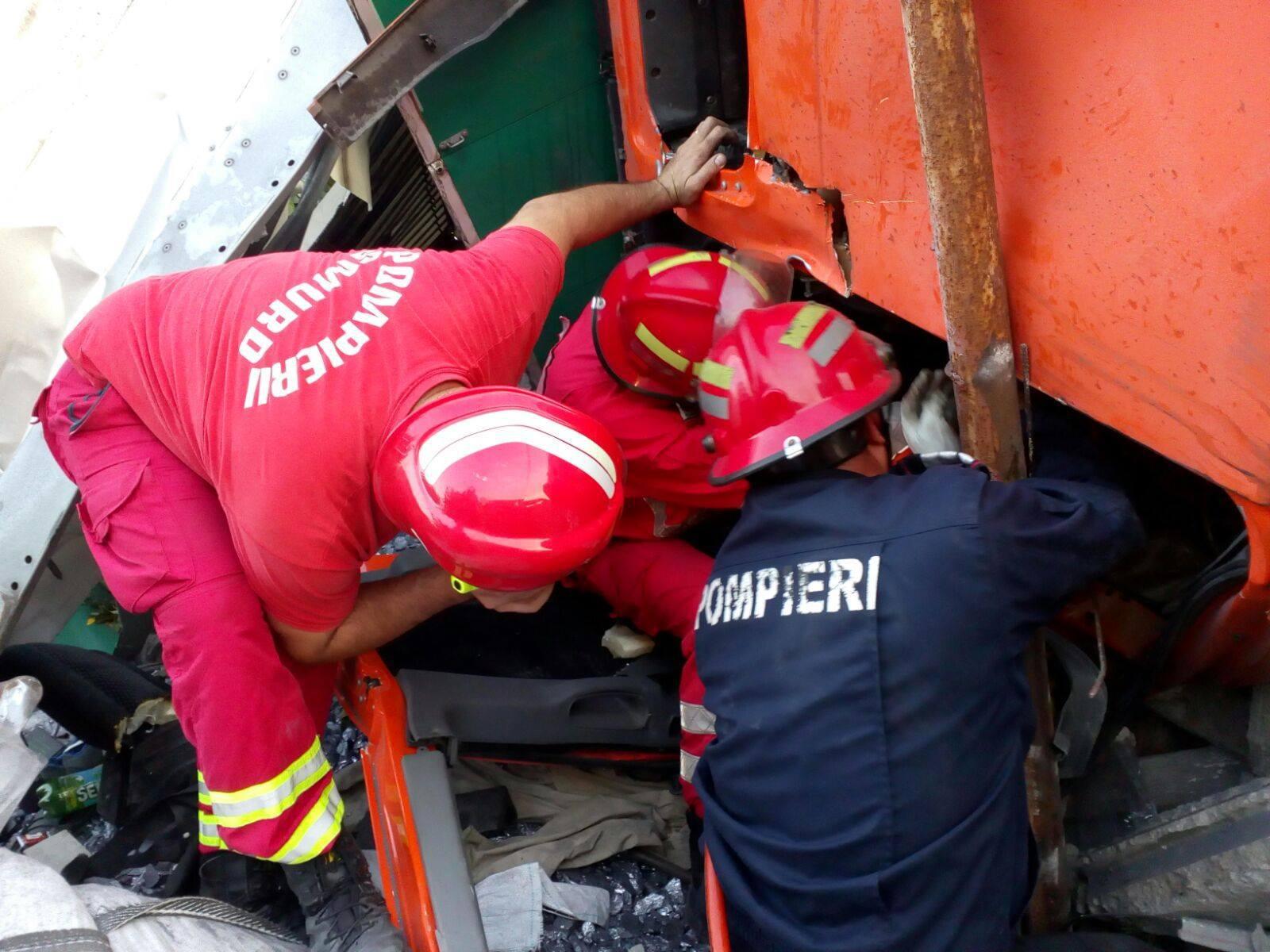 Patru persoane au fost rănite, după ce o maşină a intrat într-un TIR, în judeţul Caraş-Severin