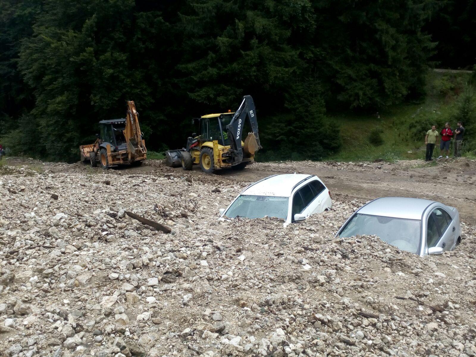 GALERIE FOTO | Două maşini au fost îngropate în piatra adusă de viitură în Zărneşti