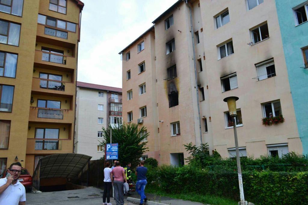 FOTO | Peste 40 de persoane, evacuate în urma unui incendiu într-un bloc din Sibiu