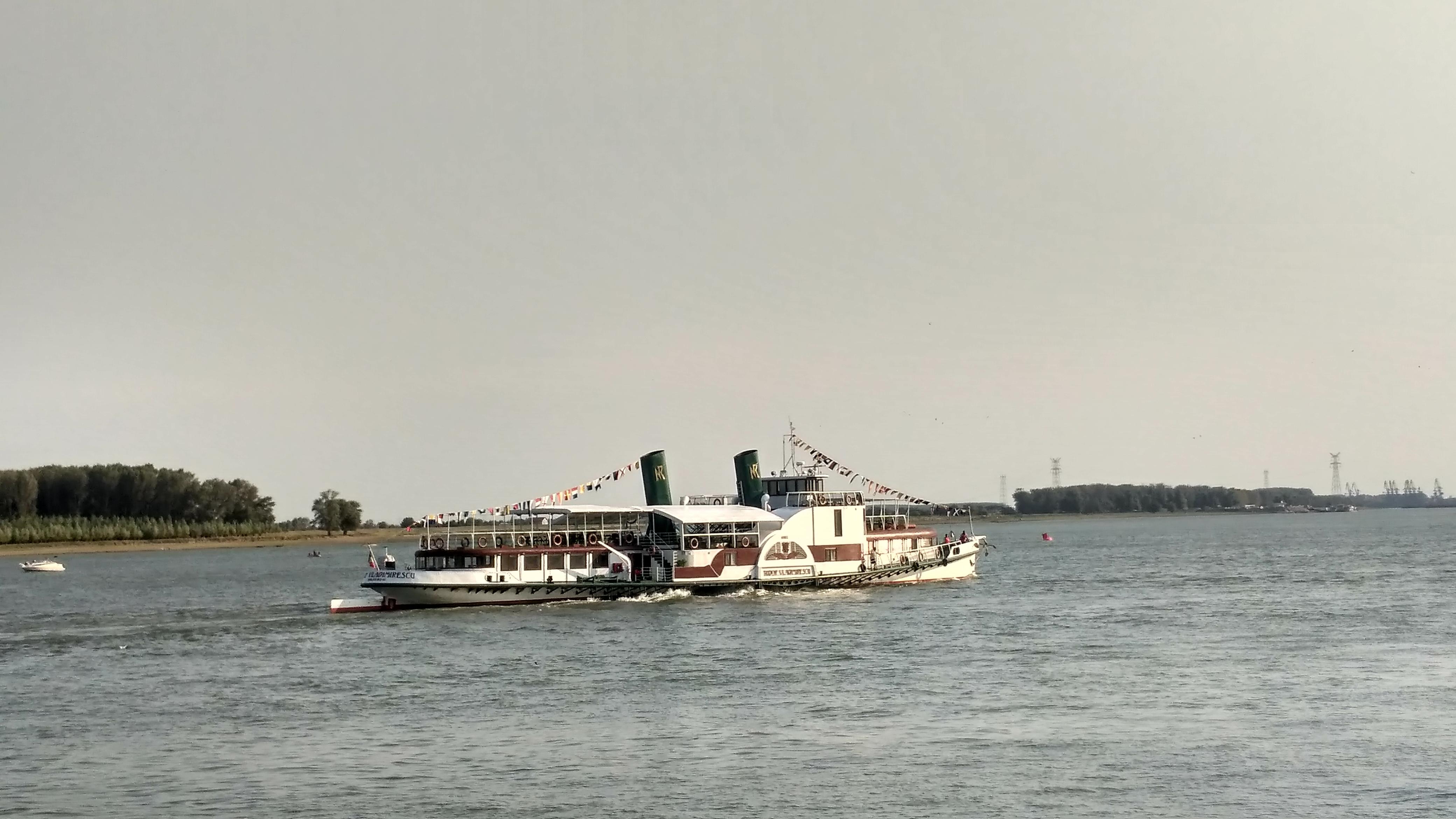 GALERIE FOTO | Paradă şi exerciţii cu vapoare militare la Galaţi şi Brăila, de Ziua Marinei Române