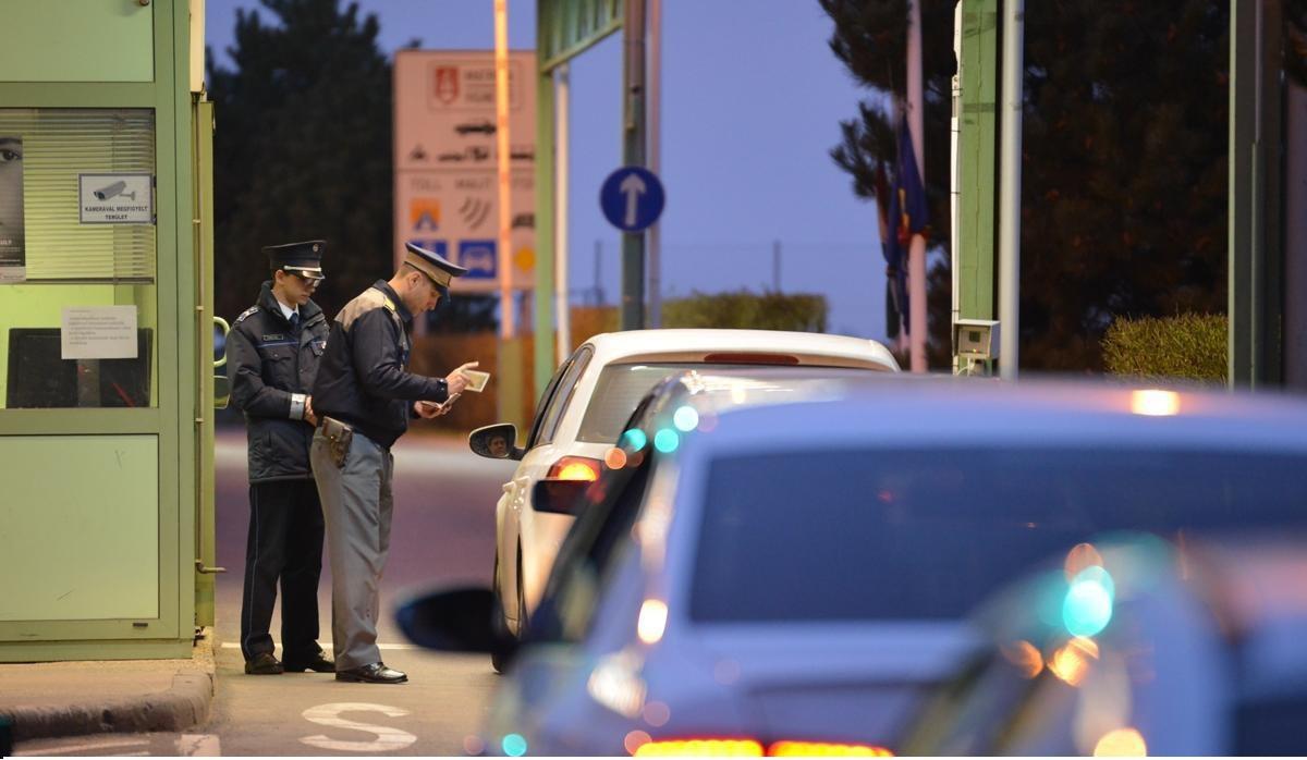 Vacanţa în România a patru FRANCEZI s-a finalizat cu dosare penale. Haşiş, un steroid anabolizant şi o ciupercă halucinogenă, găsite în bagajele turiştilor