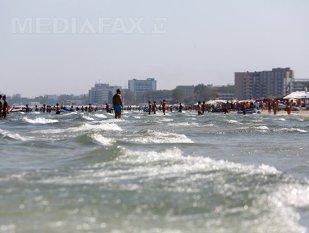 VIDEO | Gest IMPRESIONANT la Marea Neagră. LANŢ UMAN format de turişti pentru salvarea a două copile care au fost luate de valuri