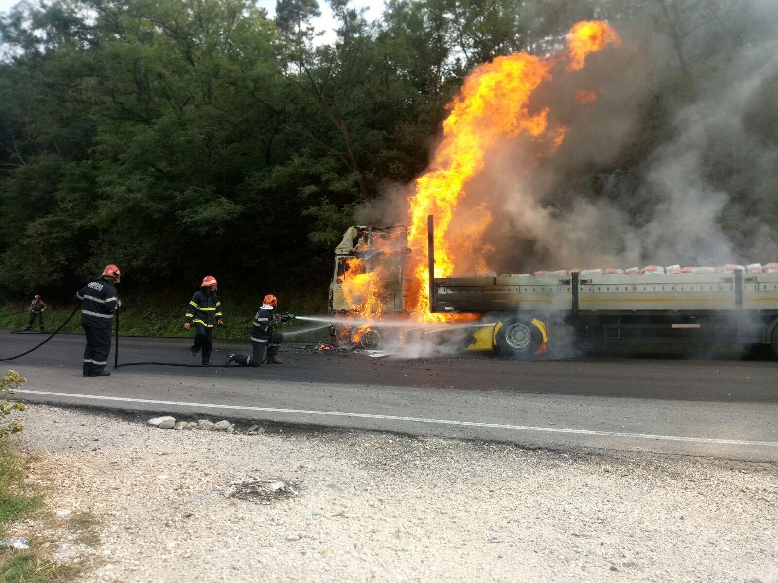 FOTO | Trafic blocat pe DN 7, între Argeş şi Vâlcea: Un TIR a luat foc în timpul mersului