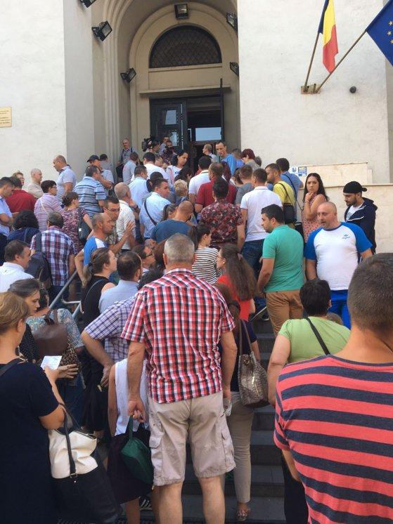 """Imaginea articolului Sute de persoane la cozi, o nouă zi de aglomeraţie la Direcţia Paşapoarte din Pipera. Oamenii, direcţionaţi la sediul din Amzei: """"Ne-am luat apă, mâncare şi răbdare la noi"""""""