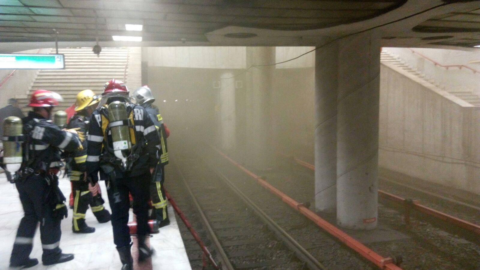 Panică la metrou | Fum la staţia Piaţa Victoriei după o defecţiune electrică pe linia de metrou M2
