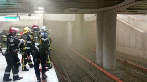 Imaginea articolului Panică la metrou | Fum la staţia Piaţa Victoriei după o defecţiune electrică pe linia de metrou M2