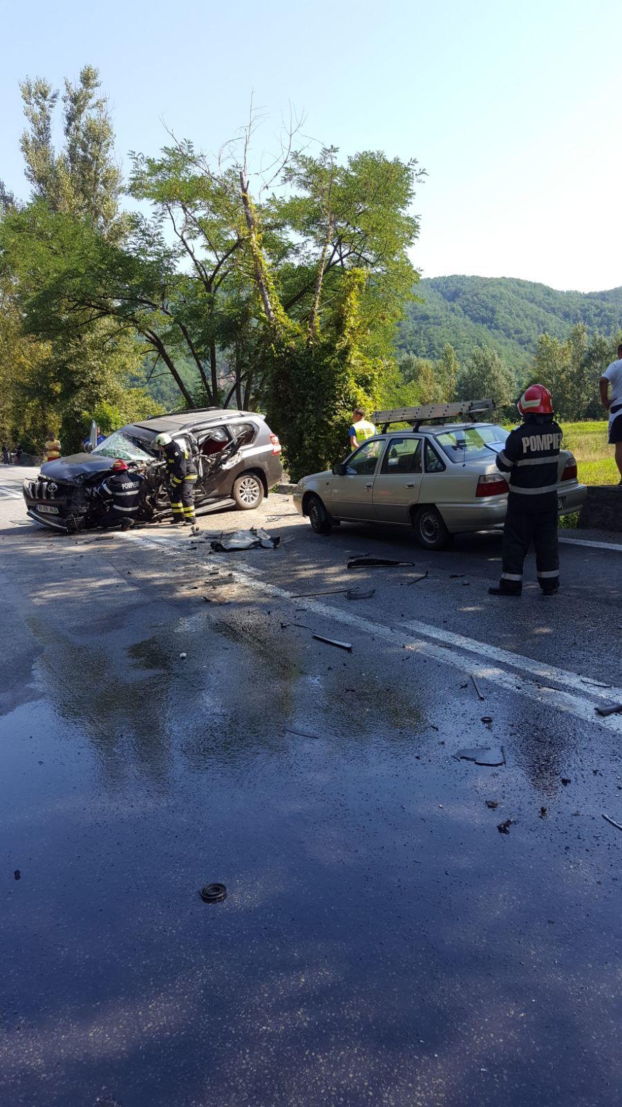 FOTO   Şase persoane rănite pe DN 7, în urma impactului dintre un TIR şi trei maşini