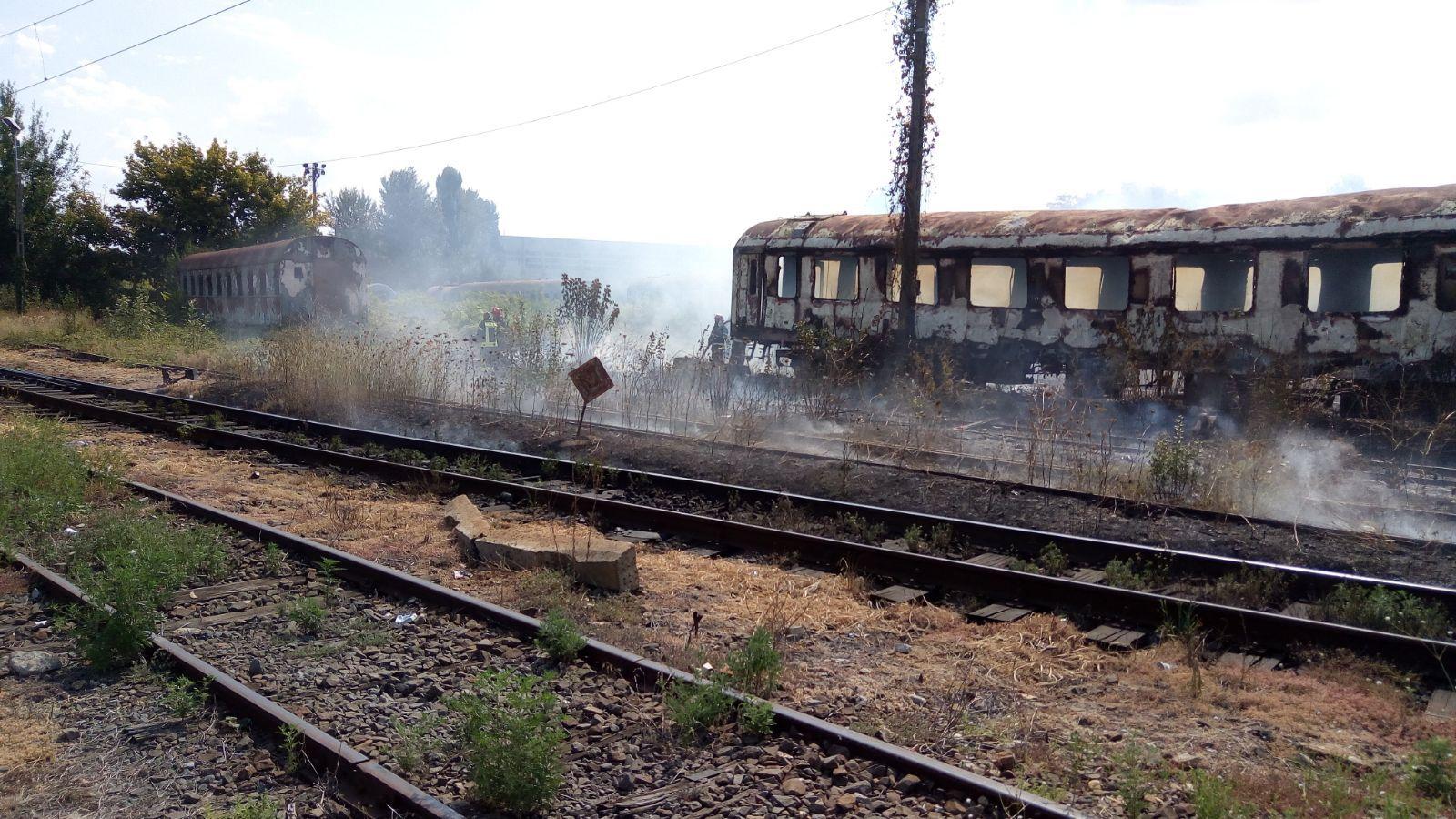 GALERIE FOTO   INCENDIU lângă Gara Basarab: Un vagon dezafectat a ars în totalitate / UPDATE: Focul a fost stins de pompieri
