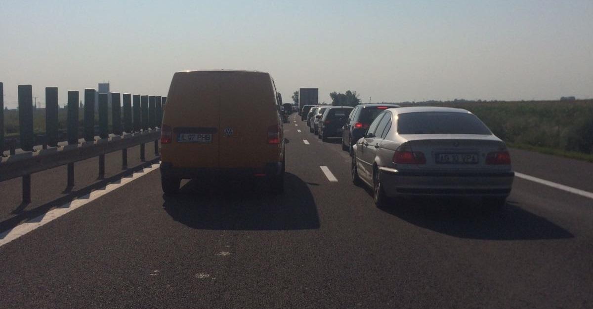 Trafic blocat pe Autostrada Soarelui, pe sensul către Bucureşti după ce o plaformă s-a răsturnat şi a luat foc. Circulaţia a fost reluată după o oră şi jumătate