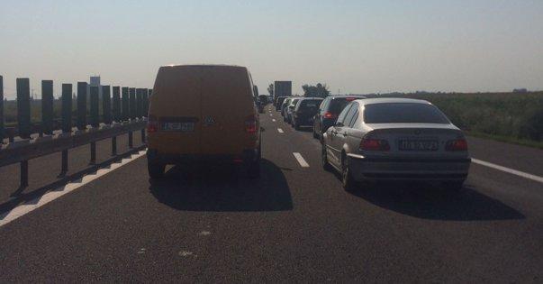 Imaginea articolului Trafic blocat pe Autostrada Soarelui, pe sensul către Bucureşti după ce o plaformă s-a răsturnat şi a luat foc. Circulaţia a fost reluată după o oră şi jumătate