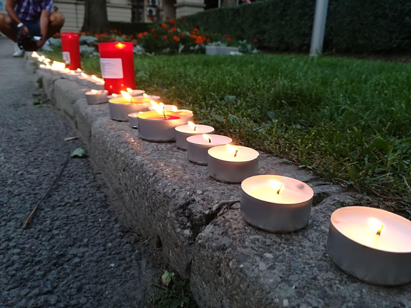 FOTO | Omagiu pentru victimele atacului din Barcelona, la Iaşi: Zeci de oameni au aprins lumânări în semn de solidaritate