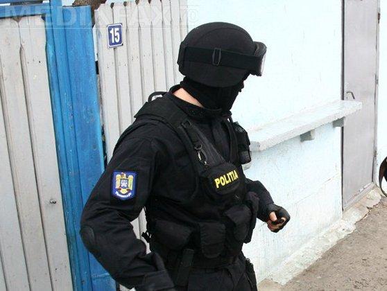 Imaginea articolului VIDEO | Percheziţii în Harghita: Bani, alcool, ţigări şi produse conservate de contrabandă, ridicate de poliţişti