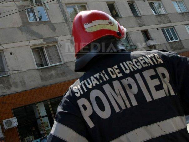 FOTO | Şase persoane au fost evacuate după un incendiu la vegetaţie uscată, extins la o anexă a unui bloc