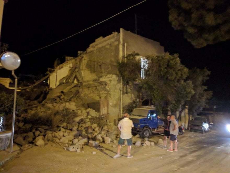 IMAGINILE ZILEI | Un bebeluş este scos de sub dărâmăturile unei clădiri, în urma cutremurului din Ischia, Italia