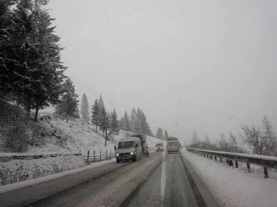 Ninsoare în luna august în judeţul Maramureş, stratul de zăpadă ajunge la 3 centimetri