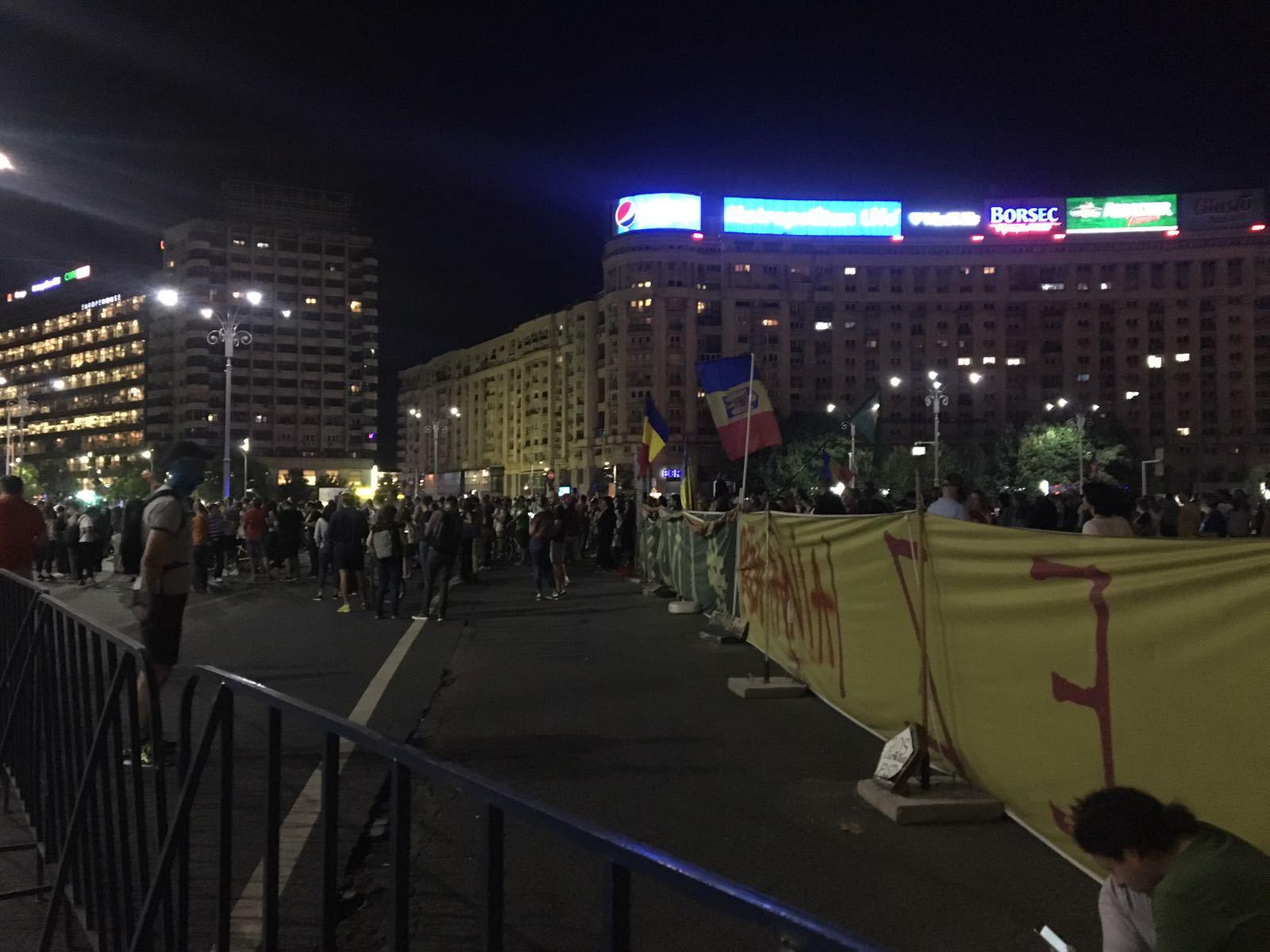 FOTO, VIDEO | Protest în Piaţa Victoriei din Capitală faţă de proiectul de modificare a legilor justiţiei/ Oamenii au început să se retragă