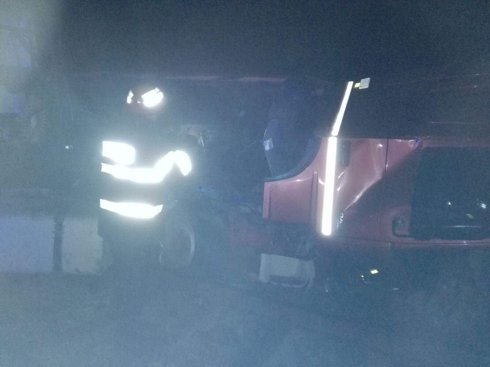 FOTO | Şase persoane au fost rănite după ce un TIR a ajuns pe calea ferată şi a lovit un vagon de tren. Traficul feroviar este oprit la Secţia de Calea Ferată 201, în Vâlcea