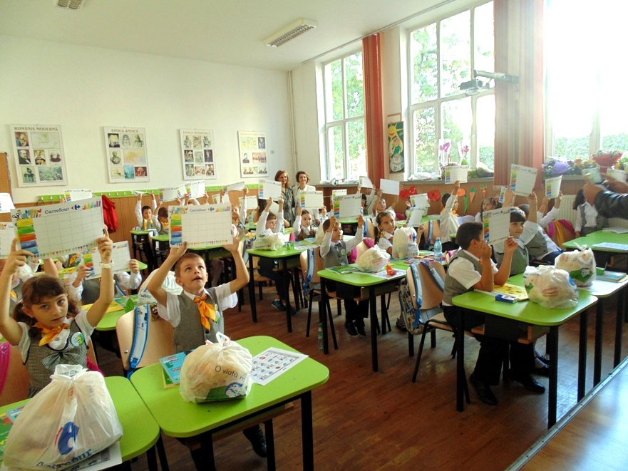 Elevii fără posibilităţi materiale vor beneficia de rechizite şcolare din fonduri europene