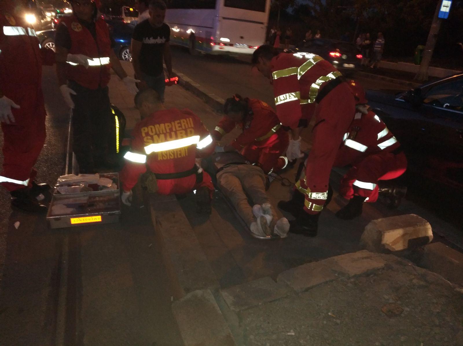 FOTO | Un motociclist a fost rănit grav, după ce a fost implicat într-un accident pe Calea Văcăreşti
