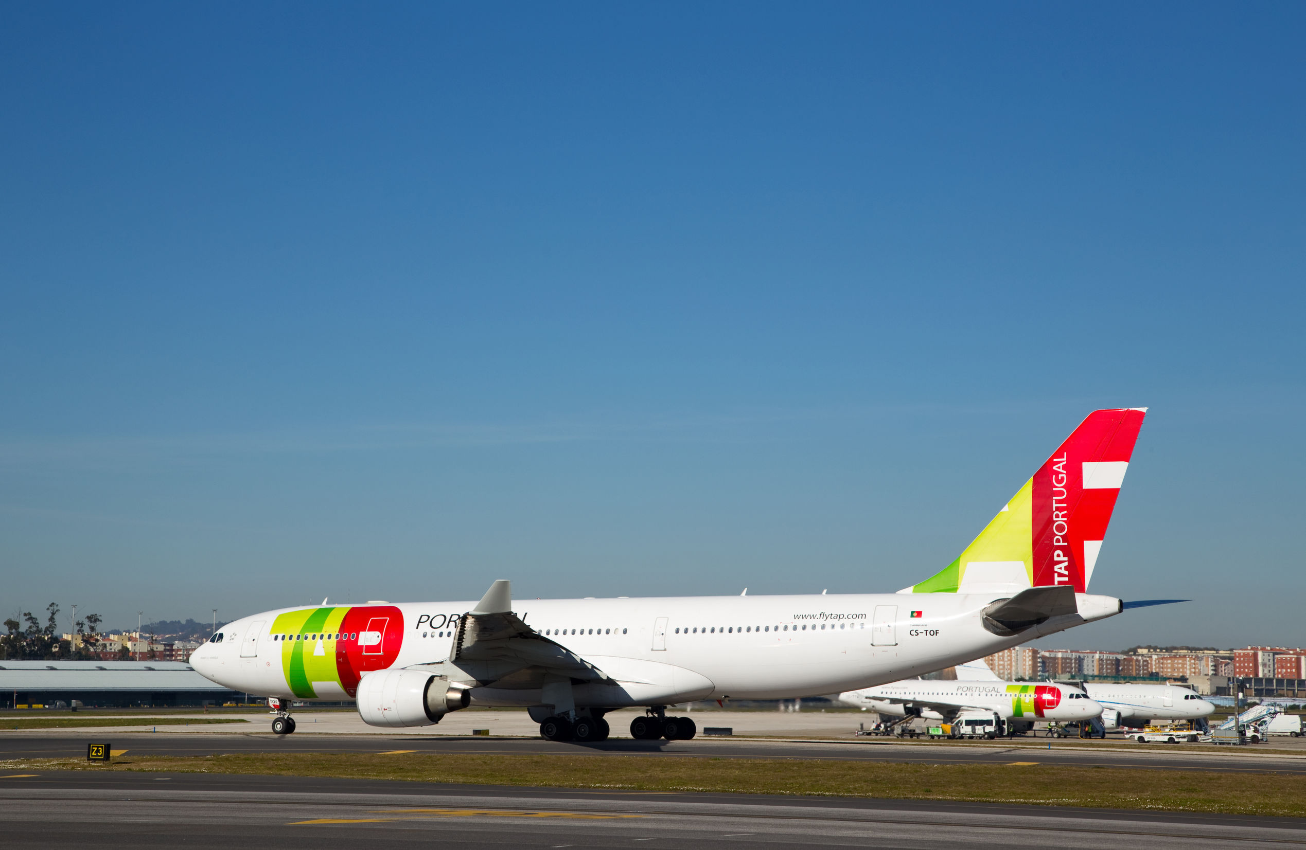 Mai mulţi români reclamă că sunt ţinuţi în Lisabona, după ce zborul a fost anulat fără explicaţii / 35 de turişti care aşteaptă în capitala Portugaliei se întorc în seara aceasta, în Bucureşti / Reacţia MAE