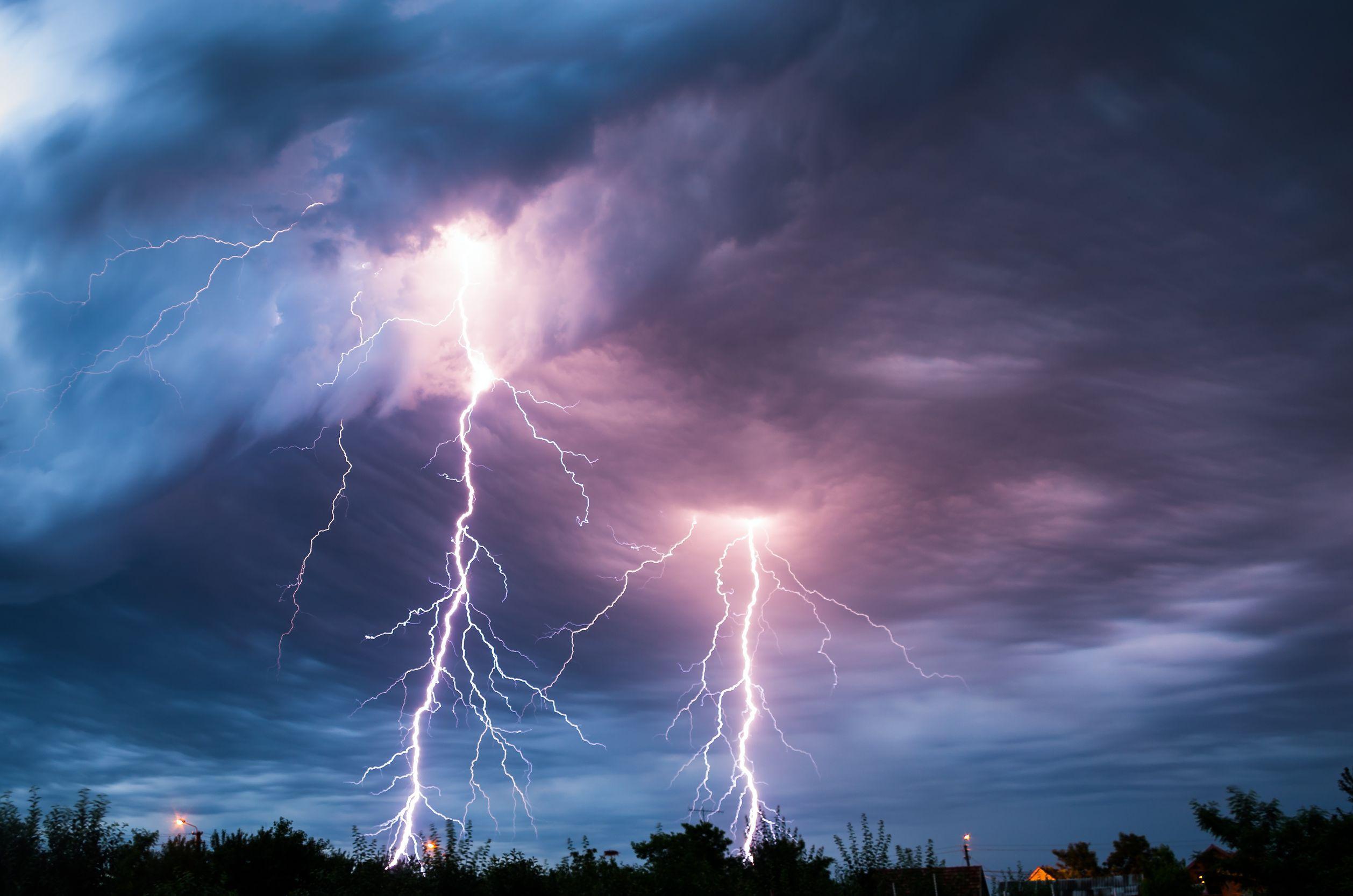 Cod portocaliu de ploi şi descărcări electrice în Harghita şi Bacău. Judeţele Cluj, Neamţ şi Suceava, sub cod galben