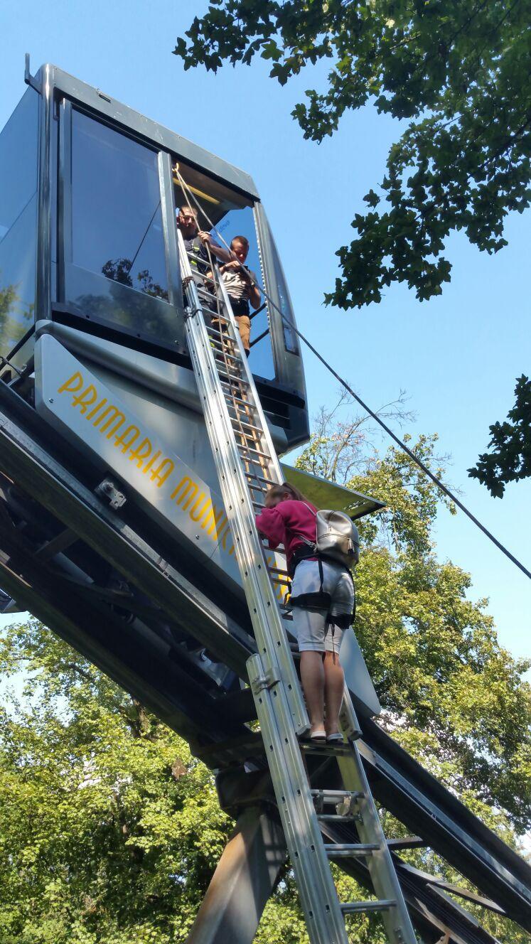 17 turişti, între care doi copii, blocaţi în telecabina de la Cetatea Devei. Pompierii i-au coborât de la 8 m înălţime cu o scară | IMAGINI cu operaţiunea de salvare