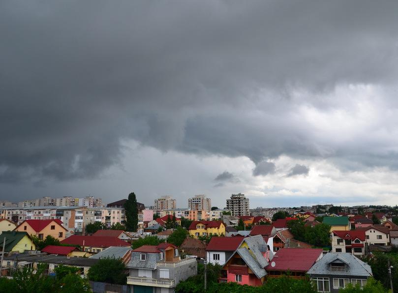 ALERTĂ ANM   Ploi torenţiale, descărcări electrice şi grindină, prezente luni şi marţi, în zonele montane şi submontane