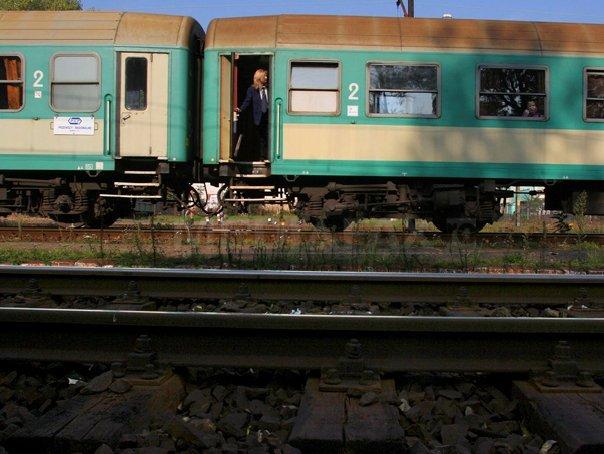 Adolescent în stare gravă după ce s-a urcat pe un vagon de tren şi s-a electrocutat, în staţia CFR Aiud