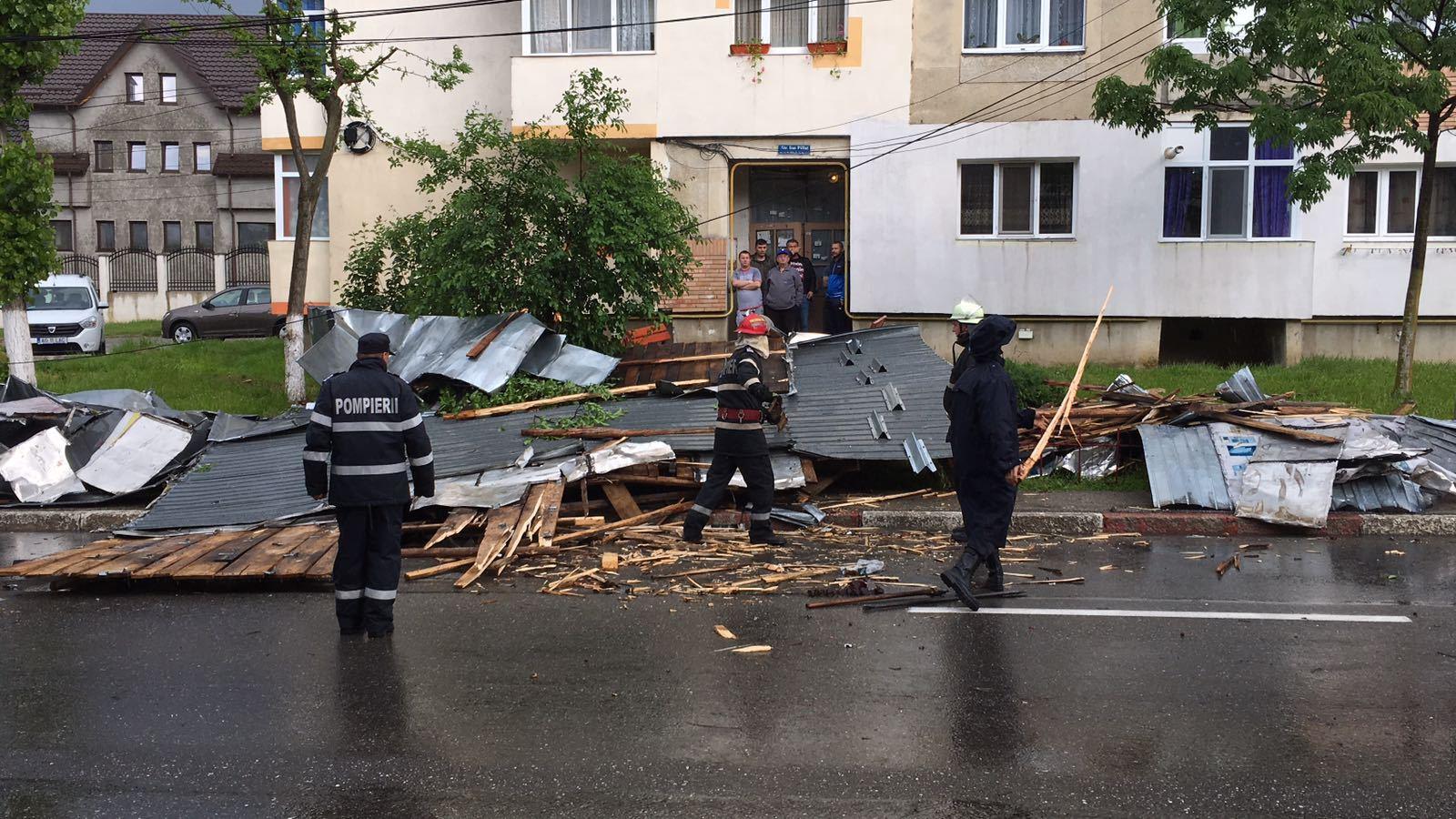 FURTUNĂ în Vrancea: O femeie a ajuns la spital, rănită de creanga unui brad doborât de vânt/ Acoperişuri de bloc, avariate