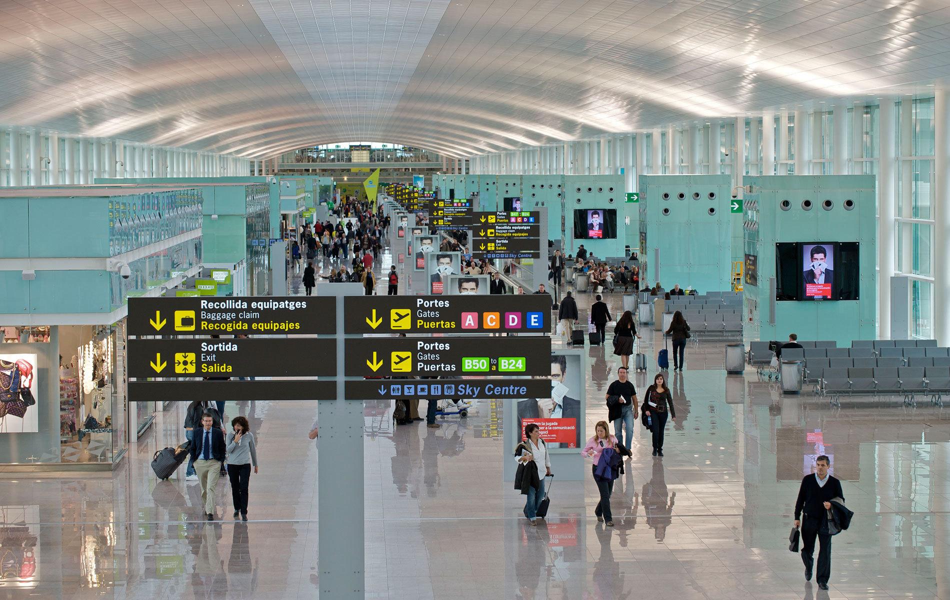 Incidentul de pe un aeroport din Portugalia se repetă | Mai mulţi români, blocaţi în Madrid după anularea unei curse TAROM/ UPDATE MAE: Pasagerii au fost îmbarcaţi într-un avion cu destinaţia Iaşi