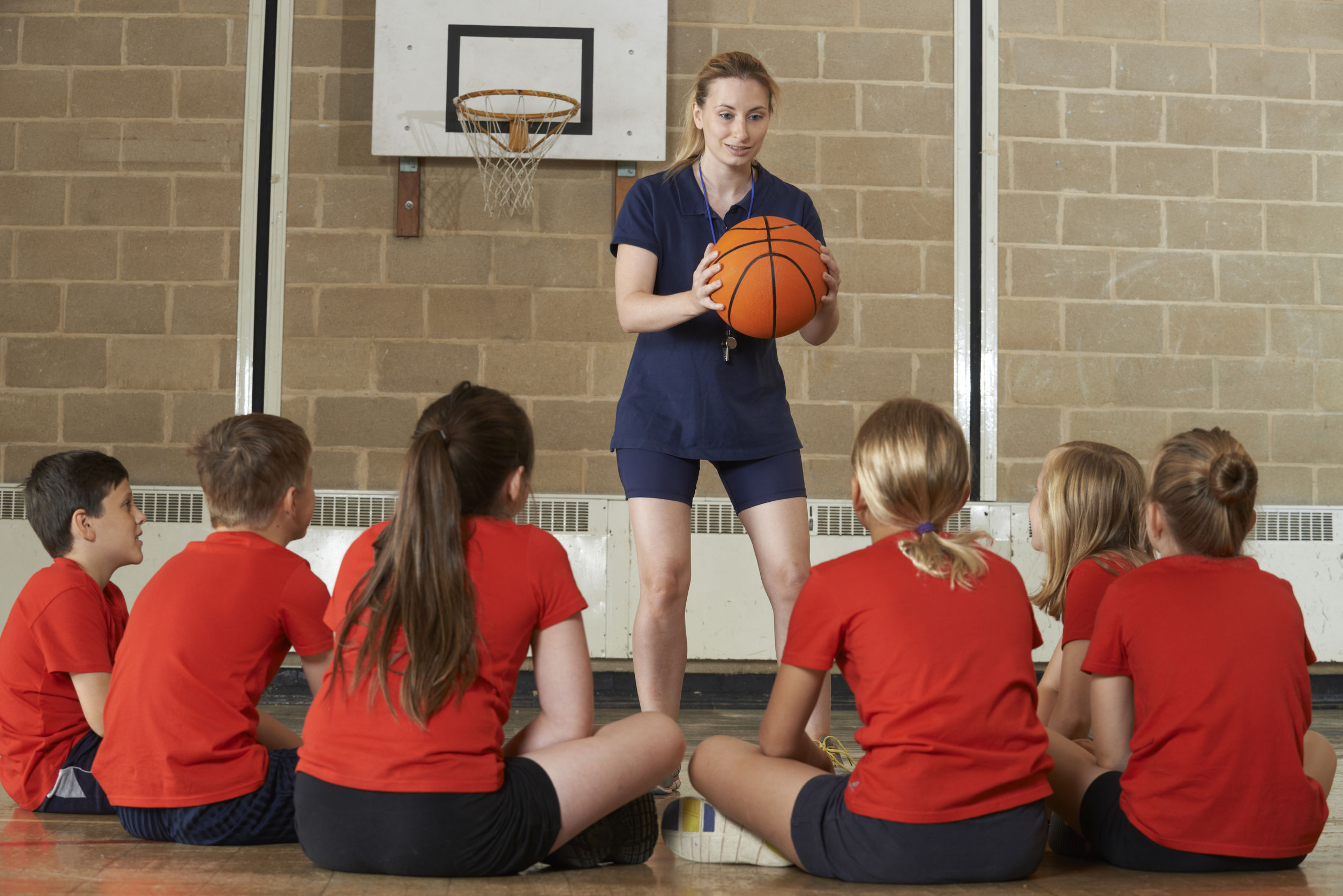 MANUALUL de sport le explică elevilor cum să stea încolonaţi, care sunt părţile corpului şi care ar trebui să fie poziţia corectă în bancă