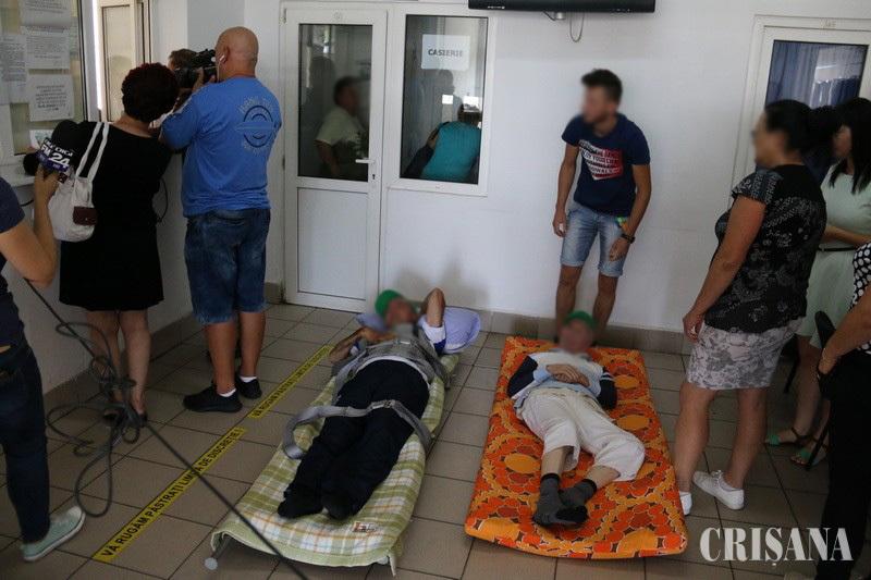 Bărbatul care a dus pacienţi cu targa la CJAS Bihor pentru a li se elibera adeverinţa de asigurat: Am făcut ce mi s-a cerut. CJAS: Totul a fost regizat